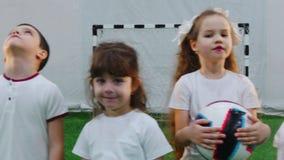 Arena interna do futebol Crianças que estão na linha vídeos de arquivo