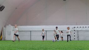 Arena interna do futebol Crianças que jogam o futebol Corrida no campo video estoque