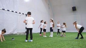 Arena interna do futebol Crianças que jogam o dodgeball Vista traseira video estoque