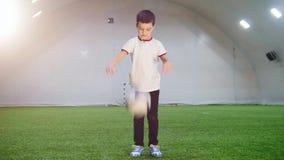 Arena interna do futebol Um rapaz pequeno que joga com uma bola filme