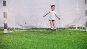 Arena interna do futebol Uma menina protege as portas do futebol vídeos de arquivo