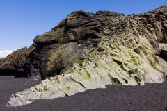 Arena Islandia del negro de la playa del vik de la formación de roca Fotos de archivo