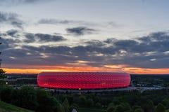 Arena in München door Zonsondergang stock afbeeldingen