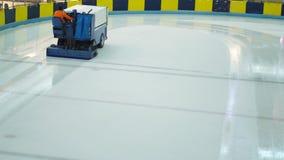 Arena maschio del hockey su ghiaccio di pulizia del lavoratore archivi video