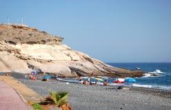 Arena negra hermosa Playa de la Enramada en Adeje en Tenerife Imagen de archivo libre de regalías