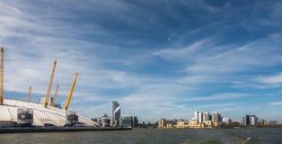 02 arena och Canary Wharf i London Arkivfoto