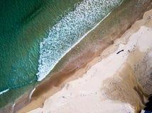 Arena, ondas y playa desde arriba foto de archivo