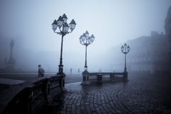 Arena pública en niebla foto de archivo