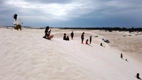 Arena que practica surf en Lancelin, Australia occidental metrajes