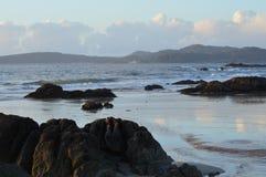 Arena, rocas y mar imagen de archivo