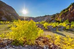 Arena, vegetación con los acantilados de la montaña y cielo azul foto de archivo libre de regalías