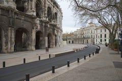Arena y Charles de Gaulle Square - Nimes - Camargue Provence - Francia del DES del bulevar fotografía de archivo