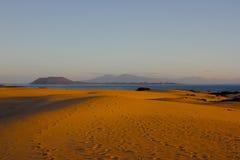 Arena y cielo brillantes en el fondo de Océano Atlántico Dunas de Sáhara, fondo árido de la belleza Foto de archivo libre de regalías