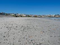 Arena y Pebble Beach abandonados en Yzerfontein, Suráfrica Fotos de archivo