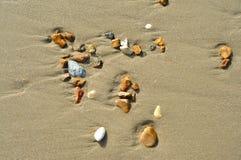 Arena y rocas en la playa Fotos de archivo libres de regalías