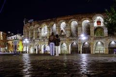 Arenadi verona vid natt med ligh Arkivfoto