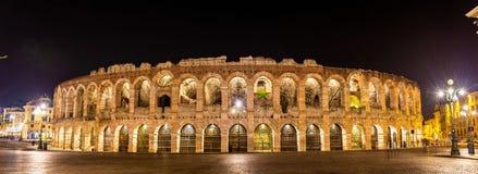 Arenadina Verona på natten Arkivbild