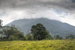 Arenal ηφαίστειο στη Κόστα Ρίκα που καλύπτεται κατά το ήμισυ με τα σύννεφα Στοκ Εικόνες