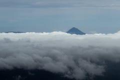 Arenal να οξύνει ηφαιστείων μέσω των σύννεφων Στοκ Εικόνα