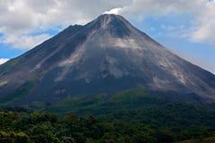 Arenal στη Κόστα Ρίκα Ηφαίστειο με την εκπνοή και την τέφρα Όμορφο τροπικό τοπίο με το ηφαίστειο Ενεργό ηφαίστειο κώνων, κεντρικό Στοκ φωτογραφία με δικαίωμα ελεύθερης χρήσης