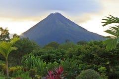 Arenal Vulkaan bij Schemer Stock Foto