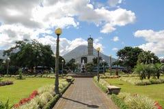 Arenal Vulkaan en van La Fortuna Central Park Royalty-vrije Stock Foto