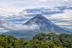 Arenal Vulkaan met Wolken en Wildernis Stock Afbeeldingen