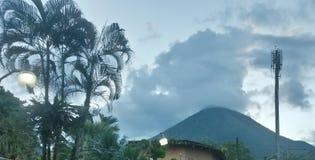 Arenal wulkanu chmurny szczyt fotografia royalty free