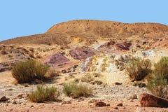 Arenas coloreadas únicas en un desierto Imagen de archivo