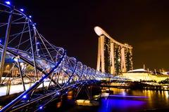 Arenas de la bahía del puerto deportivo con el puente de la hélice en noche hermosa Imagen de archivo
