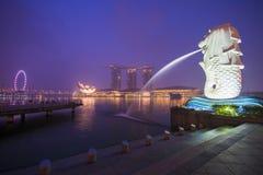 Arenas de la bahía del puerto deportivo, SINGAPUR 12 de octubre de 2015: Merlion y puerto deportivo Fotos de archivo