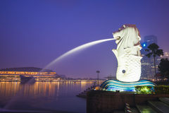 Arenas de la bahía del puerto deportivo, SINGAPUR 12 de octubre de 2015: Merlion y skyscr Foto de archivo