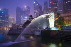 Arenas de la bahía del puerto deportivo, SINGAPUR 12 de octubre de 2015: Merlion y skyscr Imagenes de archivo