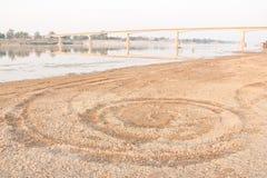 Arenas a lo largo del río Mekong y del puente Tailandia - La de la amistad Foto de archivo libre de regalías