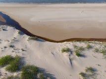 Arenas y río del paisaje marino en la costa costa al mar Imágenes de archivo libres de regalías