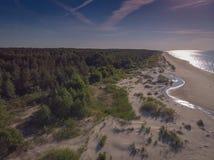 Arenas y río del paisaje marino en la costa costa al mar Fotos de archivo