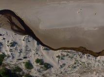 Arenas y río del paisaje marino en la costa costa al mar Foto de archivo libre de regalías
