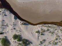 Arenas y río del paisaje marino en la costa costa al mar Imagen de archivo libre de regalías