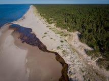 Arenas y río del paisaje marino en la costa costa al mar Fotos de archivo libres de regalías