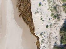 Arenas y río del paisaje marino en la costa costa al mar Foto de archivo