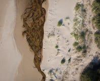 Arenas y río del paisaje marino en la costa costa al mar Imagen de archivo