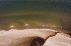 Arenas y río del paisaje marino en la costa costa al mar Imagenes de archivo