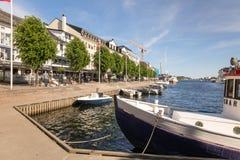 Arendal Norge - juni 5, 2018: Fartyg, byggnader och folk i pollen, Arendal, på en solig dag blå havsky Arkivfoto
