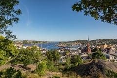 Arendal stad som ses från en höjd, på en solig dag i juni 2018 Arendal är en liten stad i den södra delen av Norge Royaltyfria Bilder