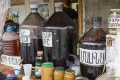 ARENI -亚美尼亚- 2016年5月01日:Areni的当地葡萄酒卖主,是 库存照片