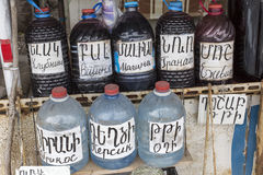 ARENI -亚美尼亚- 2016年5月01日:Areni的当地葡萄酒卖主,是 免版税库存图片