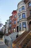 Areniscas de color oscuro famosas de New York City en vecindad de las alturas de la perspectiva en Brooklyn Imagen de archivo