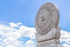 Arenito cinzelado Dharmachakra no fundo do céu azul Foto de Stock Royalty Free