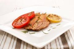 Arenque defumado escocês grelhado com alecrins, tomate e limão da fatia imagens de stock