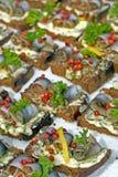 Arenques Báltico em fatias de pão imagens de stock